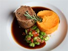 Jedno z nejúspěšnějších jídel nového menu – telecí roláda s dýňovým pyré
