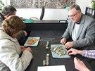 Starosta Prahy 12 Petr Prchal (vpravo) počítá se svými kolegy mince z...