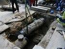 Dělníci odstraňují část  potrubí,  z něhož v dubnu 2013 v Divadelní ulici v...