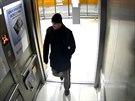 Muž podezřelý z lednové krádeže ve vozidle Kia v garážích na Černém Mostě