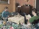 Tisíce pet lahví zaplnily celou jednu místnost