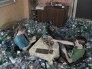 Tis�ce pet lahv� zaplnily celou jednu m�stnost