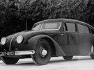 Tatra 77. První prototyp luxusní aerodynamické tatrovky je z roku 1933. Čelní sklo má lomené ze dvou částí.