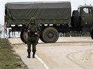 Ozbrojený muž blokuje příjezdovou cestu k sevastopolskému letišti.