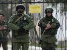 Ruští vojáci ve vesnici Prevalnoje nedaleko krymského Simferopolu (4. března...