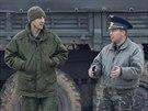 Ukrajinsk� d�stojn�k se bav� s rusk�mi voj�ky na leti�ti v Belbeku. (4. b�ezna...
