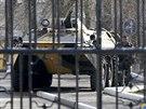 Ukrajinský obrněný transportér stojí u brány vojenské základny v přístavu Kerč....
