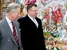Jindřich Forejt a britský princ Charles u Lennonovy zdi v Praze. (21. března...