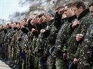 Ukrajinští vojáci při modlitbě za mír na krymské základně Belbek nedaleko...