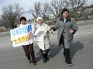 Ženy přicházejí na proukrajinskou demonstraci v Simferopolu. (6. března 2014)