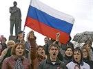 Proru�t� demonstranti b�hem shrom�d�n� na centr�ln�m n�m�st� v Simferopolu.