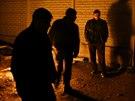 Krymští Tataři se ohřívají u ohně při noční hlídce v Simferopolu. (6. března...