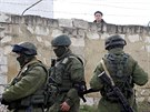 Ukrajinský voják sleduje přes zeď základny v městečku Perevalnoje nedaleko...
