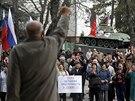 Proruská demonstrace u vládní budovy v krymském Simferopolu. (6. března 2014)