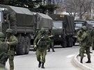 Vojáci čekají u ukrajinských hranic na Krymu.