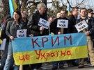 Před ruským velvyslanectvím v Praze se 2. března odpoledne sešlo několik set...