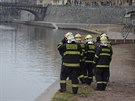 Nedaleko Karlova mostu v Praze spadlo turistům vozítko Segway do Vltavy.