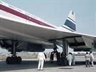 Prototyp Concorde v péči mechaniků před letem.