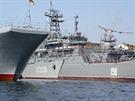 Zleva příď ukrajinské vyloďovací lodi polského typu Polnocny, korveta Ternopil...