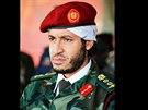 Syn libyjského vůdce Muammara Kaddáfího na nedatovaném snímku sleduje vojenské...