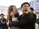 Příbuzní cestujících letu MH370 na pekingském letišti (8. března 2014)