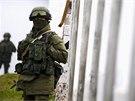Neoznačení ruští vojáci přebírají kontrolu nad pohraničními oblastmi mezi