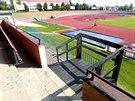 Městský atletický stadion na Dukle má zchátralé a zanedbané zázemí.