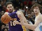 Jan Veselý (vpravo) z Denveru brání Paua Gasola z Los Angeles Lakers.