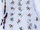 Momentka ze závodu dálkových běžců na lyžích - Engadin skimarathonu ve