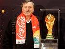 Bývalý fotbalista Antonín Panenka s trofejí pro mistry světa.