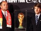Předseda fotbalové asociace Miroslav Pelta a Pekka Odryozola z FIFA s trofejí...
