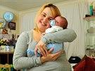 Pětadvacetiletá Gaynor Rzepka a její syn Olly James, který se narodil doma na...