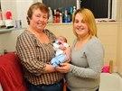 Pyšná maminka ukazuje místo, kde přišlo na svět její první dítě.