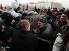 Prorusští demonstranté se pokouší proniknout do budovy oblastní administrativy...