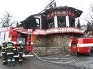 Na Pustevn�ch p�i po��ru zasahovalo v�ce ne� 70 hasi��.