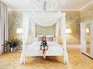 Podlahu dětské ložnice tvoří repasované parkety, nábytek a stojací lampy jsou z