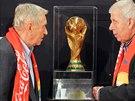 Josef Masopust (vpravo) a Josef Jelínek si prohlížejí pohár pro fotbalové...