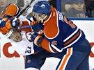 Tvrd� souboj v pod�n� Anderse Leeho (vlevo) z New York Islanders a Marka...