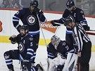 Brankář Ondřej Pavelec a jeho spoluhráči z Winnipegu (zleva) Mark Stuart,...