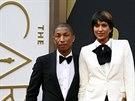Zpěvák Pharrell WIlliams ve smokingu Lanvin se šortkami v doprovodu manželky...