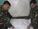 Na snímku, který poskytly ozbrojené složky Filipín, prohlížejí filipínští...
