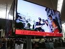 Pomodleme se za let MH370, uvádí se na reklamním billboardu na letišti v Kuala...
