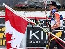 Erik Guay slaví s kanadskou vlajkou svou výhru v závodě SP v Kvitfjellu.