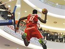 Christian Eyenga nesmečuje na snížený koš. To jeho výskok je famózní.