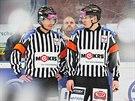 Hokejov� rozhod�� Pe�ina (vlevo) a ��r b�hem utk�n� Plze� - Zl�n.
