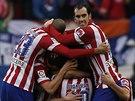 Fotbalisté Atletika Madrid slaví gól v derby s Realem.