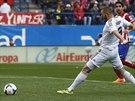 Karim Benzema (v bílém) z Realu Madrid překonává Thibauta Courtoise z Atlétika...