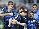 Fotbalisté Atalanty Bergamo slaví gól
