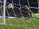 Vito Mannone, gólman Sunderlandu, inkasuje po střele Jesuse Navase z...