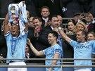 Manchester City slaví zisk Ligového poháru. S trofejí Vincent Kompany.